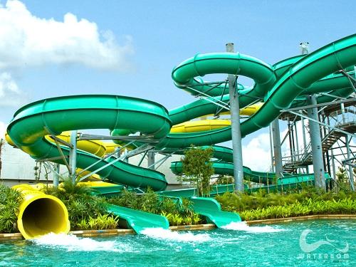 صورة للعبة مائية في حديقة باندونيسيا (التزحلق في حمامات السباحة