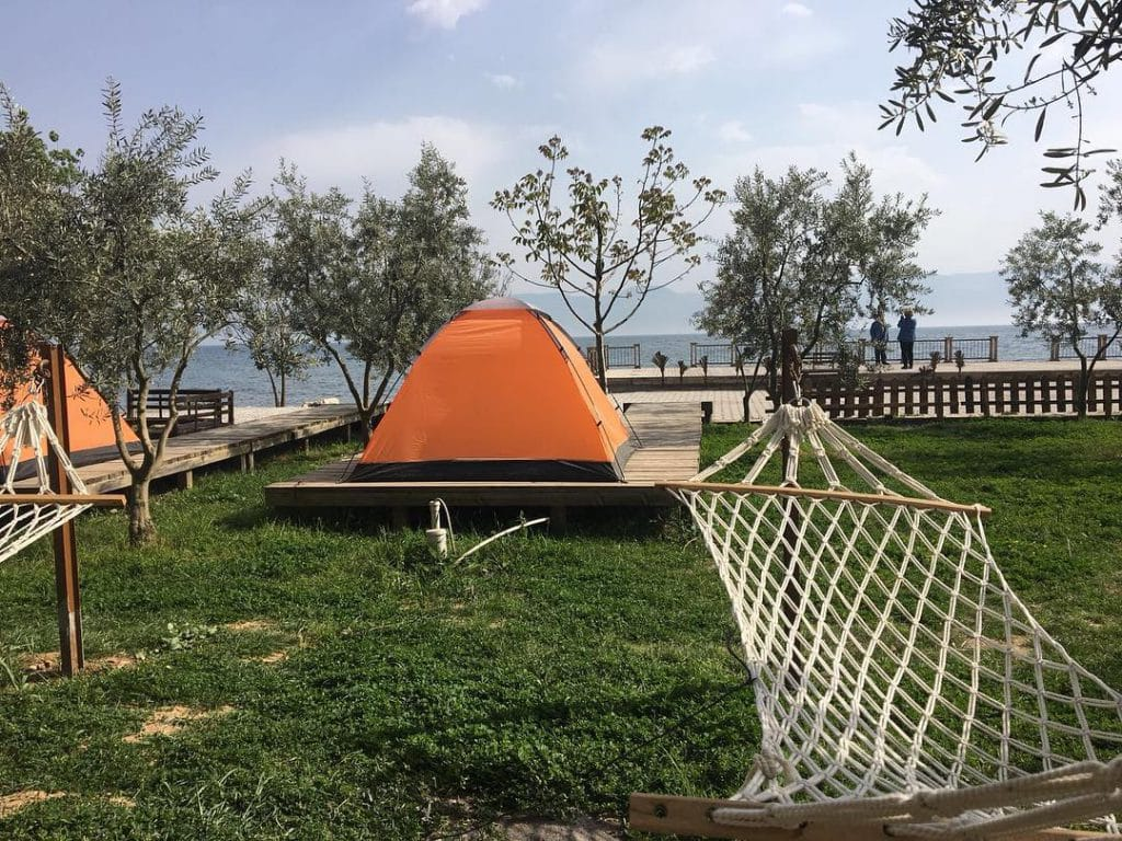 التخييم حول البحيرة