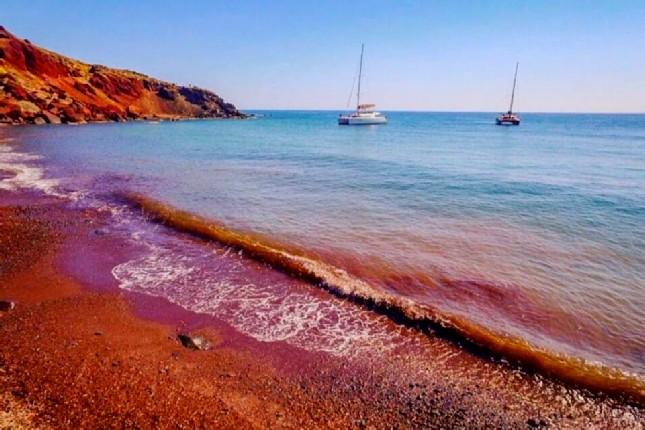 الشاطئ الأحمر والأبيض بجزيرة سانتوريني