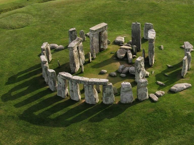 ستونهنج الأثر الصخري من أشهر الأماكن السياحية في العالم