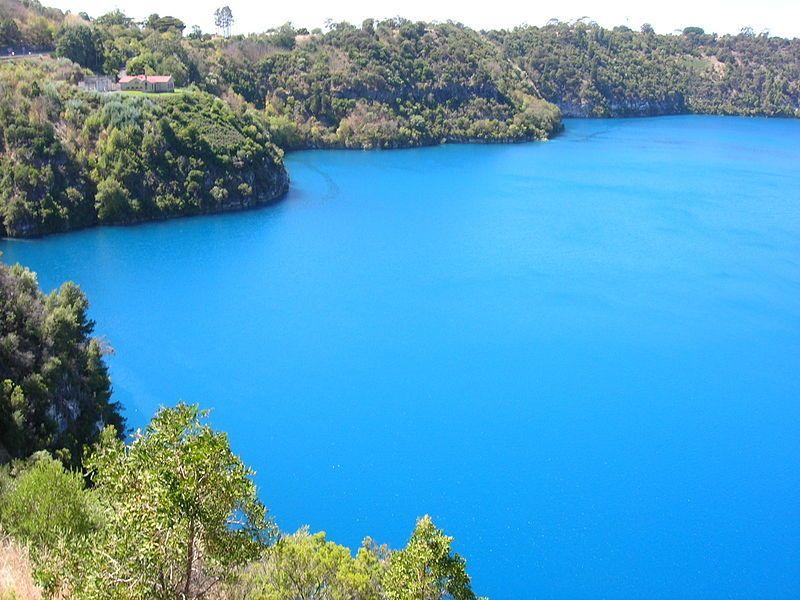البحيرة الزرقاء من أشهر الأماكن السياحية في العالم