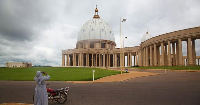 كنيسة ياموسوكرو عاصمة ساحل العاج (سيدة السلام)