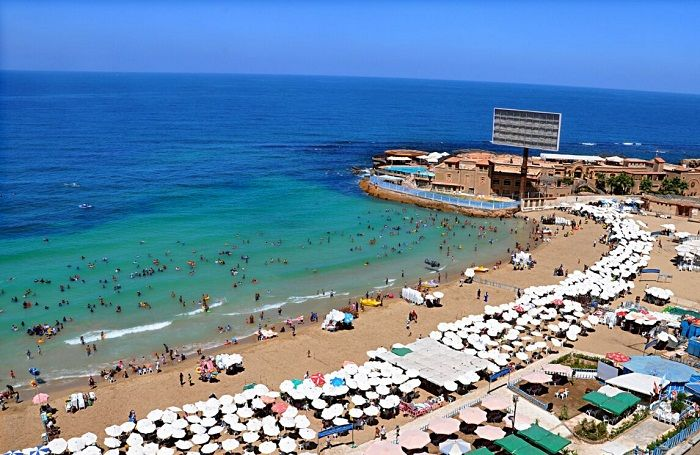 أحد شواطئ إسكندرية من أعلى بزاوية 45 درجة