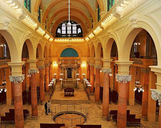 ربما تحتوي الصورة على شخصين وهي صورة من أعلى لصالة المعبد اليهودي الرئيسية في الاسكندرية
