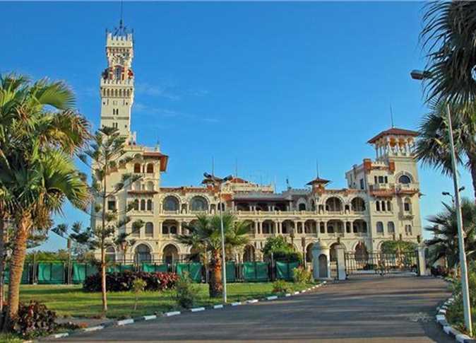 حدائق المنتزة في الاسكندرية ويظهر قصر المنتزة في الواجهة