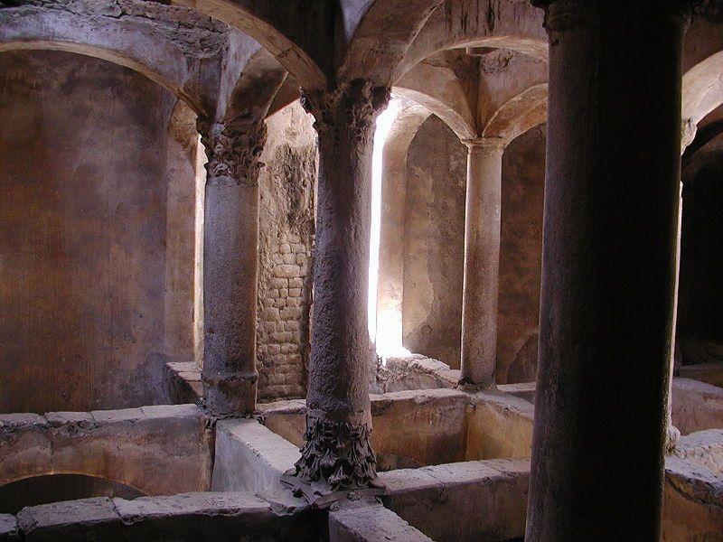 السياحة في الإسكندرية ومقابر كوم الشقافة كمكان سياحي تاريخي عتيق.