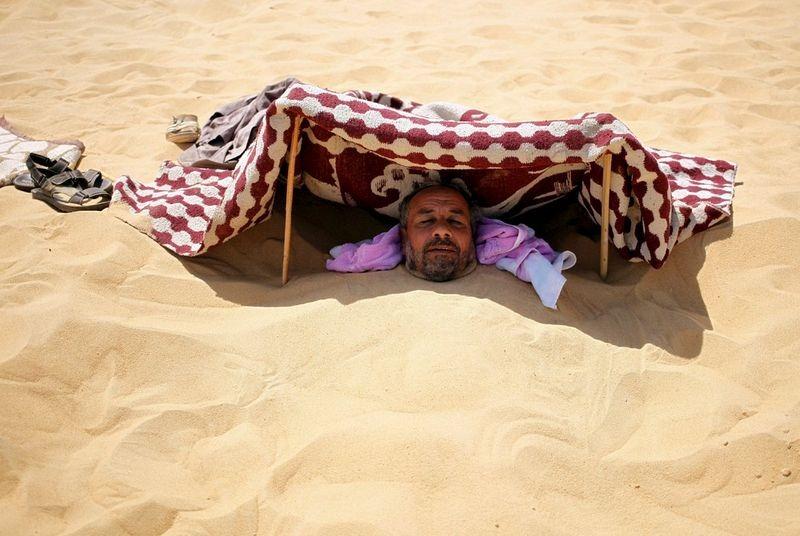 السياحة العلاجية في مصر ورجل يدفن جسده في الرمال