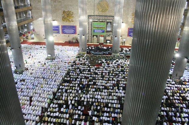 صورة للمصلين في مسجد الاستقلال في اندونيسيا